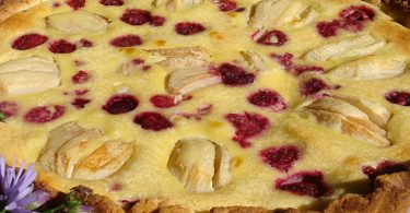 Une bonne tarte amandine poire & framboise