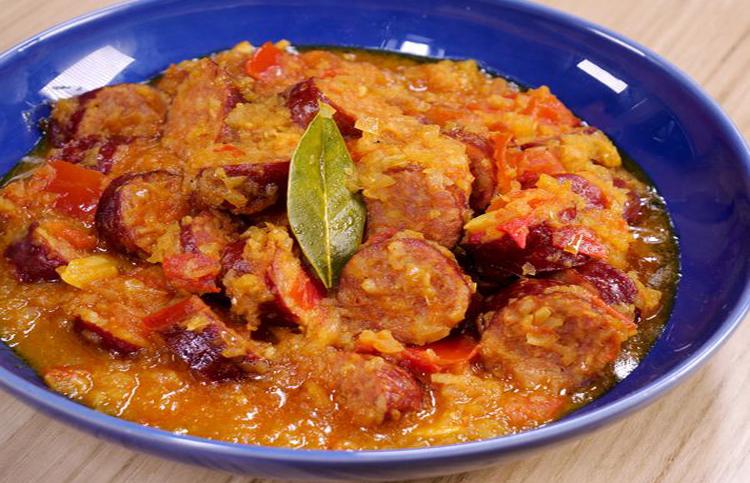 Le Rougail saucisse est un plat traditionnel de la Réunion