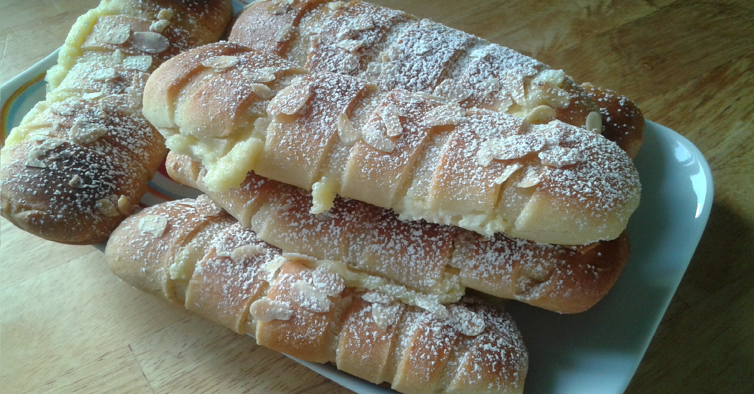 Petits pains briochés à la crème pâtissière et aux amandes