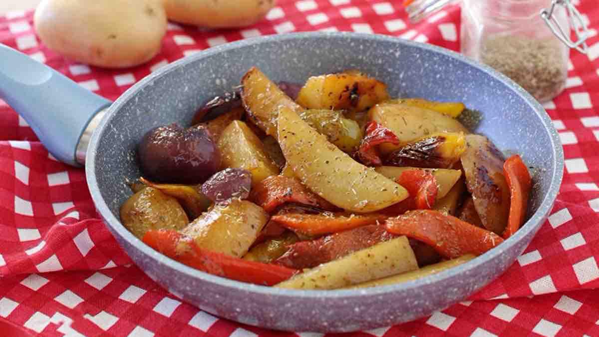 Poêlée de pommes de terre et de poivrons à l'oignon