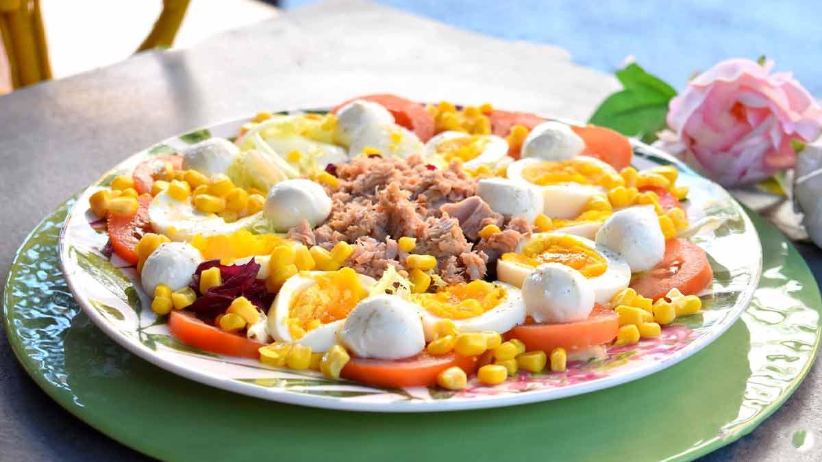 Salade de maïs aux œufs durs avec thon et mozzarella, une recette riche en goût et nutritive