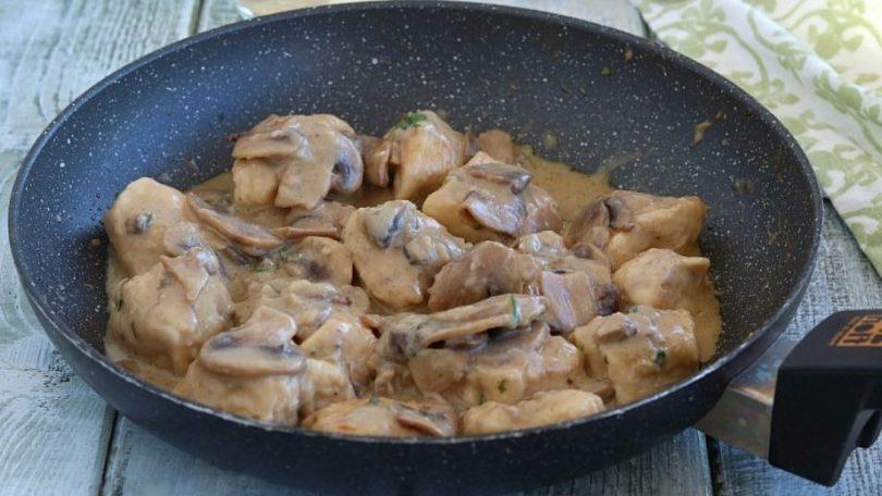 Blancs de poulet aux champignons crémeux au lait