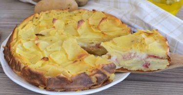 Gâteau invisible aux pommes de terre à la mozzarella et au jambon