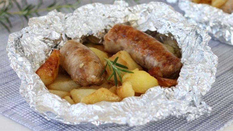 Saucisses et les pommes de terre en papillote