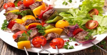 Brochettes de bœuf et poivrons au vin blanc