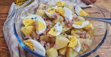 Salade de pommes de terre avec thon et oeufs frais